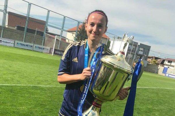 Monika Bytčánková z Podvysokej s víťaznou trofejou.