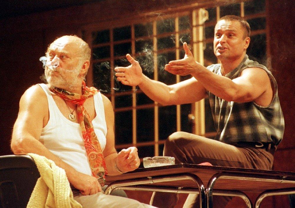 V bratislavskom Divadle P. O. Hviezdoslava sa 11. júna 1998 konala generálna skúška pred zajtrajšou premiérou novej inscenácie Prelet nad kukčkiným hniezdom. Na snímke zľava Leopold Haverl a Jozef Vajda.