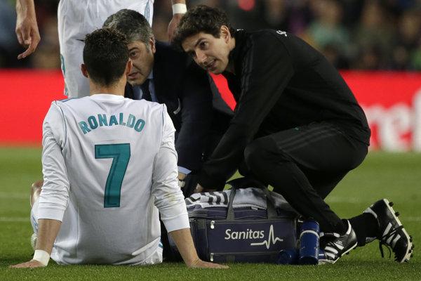 Cristiano Ronaldo slávne derby s Barcelonou nedohral pre zranenie.