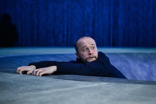 Daniel Fischer ako samovrah v predstavení Nevina.