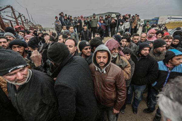 K tureckým hraniciam utekajú tisíce Sýrčanov.