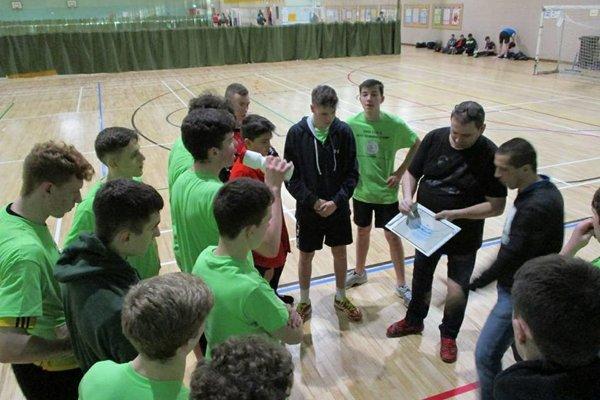 Tréner Michal Hradil so svojimi zverencami počas reprezentačného zrazu.