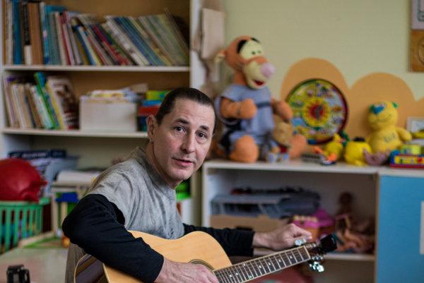 Štefan Csontos sa počas štrajku zapája do dobročinných akcií košickej učiteľskej iniciatívy. Počas Dobročinnej stredy zahral deťom vnemocnici.