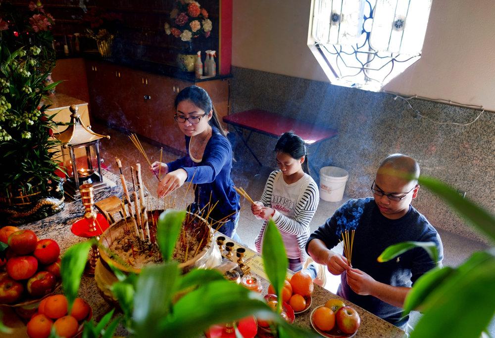 Modliaci sa ľudia v chráme Thien Hau v Los Angeles. TASR/AP