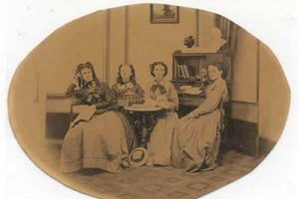 Prvé členky sesterstva sa stretávali v starej budove v mestečku Greencastle.