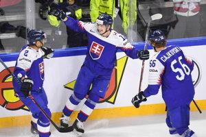 Slovenský hokejista Dávid Bondra (v strede) sa raduje zo svojho gólu so spoluhráčmi Andrejom Sekerom (vľavo) a Michalom Čajkovským.