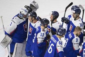 Slovenskí hokejisti sa radujú z víťazstva nad Francúzskom.