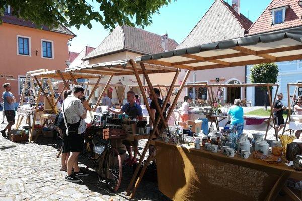 Komunitné trhy lákajú predajcov aj návštevníkov.