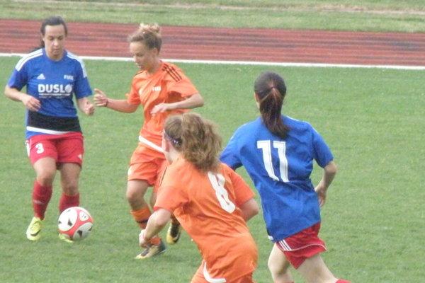Novozámčanky (v oranžovom) boli vzápase proti Šali lepším družstvom apo zásluhe zvíťazili.