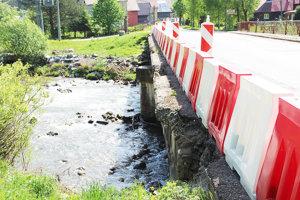 Most ponad Studený potok sa postupne rozpadáva.