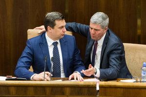 18. apríl 2016. Predseda NR SR Andrej Danko a podpredseda NR SR Béla Bugár počas zasadnutia 2. schôdze NR SR.