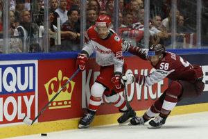 Lotyš Guntis Galvins (vpravo) v súboji o puk s Dánom Frederikom Stormom.