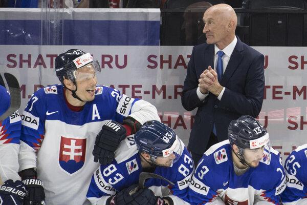 Tréner Craig Ramsay na lavičke slovenského tímu.