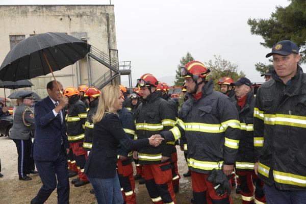 Ministerka vnútra SR Denisa Saková medzi príslušníkmi Modulu pozemného hasenia HaZZ SR v stanovom tábore Divulje po prílete do Splitu.