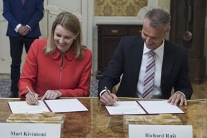 Vpravo podpredseda vlády SR pre investície a informatizáciu Richard Raši a vľavo zástupkyňa generálneho tajomníka OECD Mari Kiviniemi počas podpisu deklarácie o spolupráci v boji proti korupcii a podvodom.