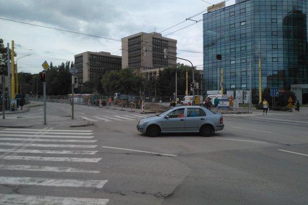 Zo Štúrovej v smere od Steel Arény sa nebude dať od soboty odbočiť na Žižkovu ulicu (odbočka je vľavo na snímke).