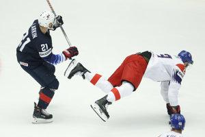 Dylan Larkin (vľavo) podrazil českého hokejistu Dmitrija Jaškina.
