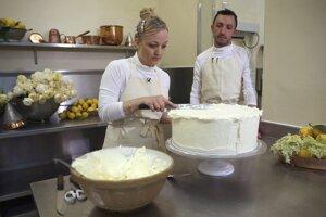 Claire Ptaková, majiteľka pekárne Violet Bakery a hlavný pekár Izaak Adams počas výroby jednej torty na svadbu britského princa Harryho a Meghan Markleovej, v kuchyni Buchinghamského paláca v Londýne.