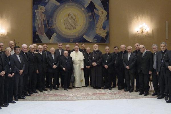 Pápež František a biskupi z Čile na vatikánskej pôde.
