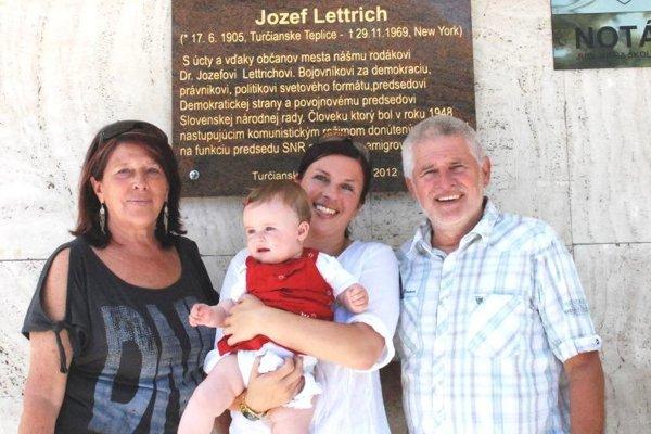 Ľudovít Lettrich s rodinou pri buste jeho strýka Jozefa.