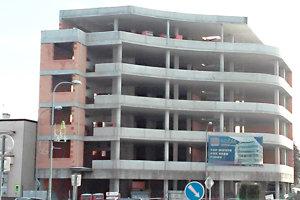 Rozostavaná budova má nového majiteľa, nič sa s ňou však nedeje.