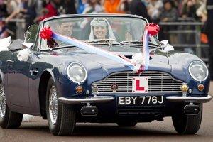 Princovi Williamovi otec požičal na svadbu jeho klenot - Aston Martin DB6 Volante, ktorý dostal keď mal 18 rokov.