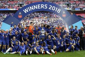 Chelsea oslavuje triumf v prestížnej pohárovej súťaži.