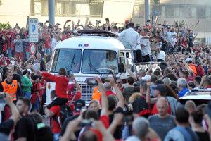 Majstrovská jazda hráčov v otvorenom autobuse v sprievode veľkej skupiny motorkárov ulicami Trnavy.