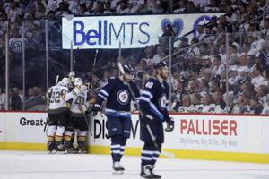 Vegas oslavuje druhý a rozhodujúci gól v sieti Winnipegu.