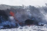 Láva z havajskej sopky steká do oceána