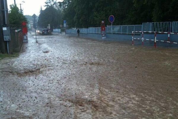 Takto to vyzeralo v uliciach Senice po prívalovom daždi.