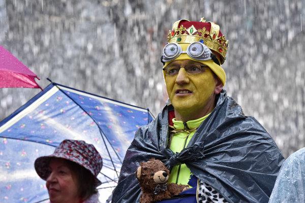 Účastník karnevalu v hustom daždi.