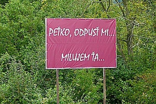 Vedľa cesty pred Púchovom možno vidieť takýto billboard.