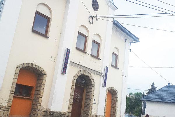 Zvonku sa synagóga až tak veľmi nezmenila. Horšie je to zvnútra.