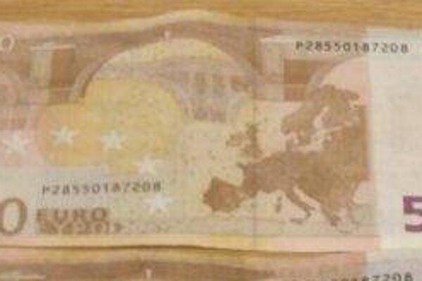 Obvinení muži mali v uplynulom týždni zaplatiť za tovar v štyroch žilinských predajniach   falšovanými bankovkami nominálnej hodnoty 50 €.