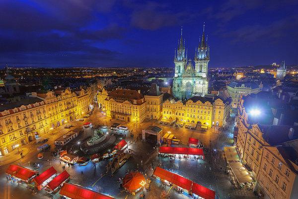 Staromestské námestie každoročne priťahuje do Prahy státisíce turistov.