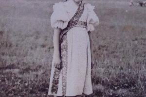 Dievčatko na majálese vo Vyšnom Sliači, 60.roky 20. storočia.