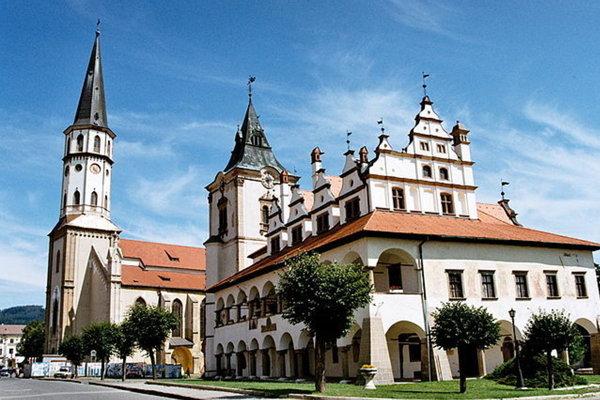 Vstup na vežu Baziliku sv. Jakuba (vľavo) je prázdny a neosobný.