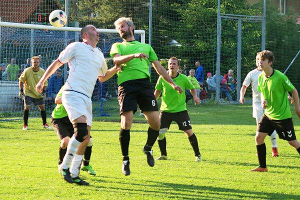 Peter Plančo (vo výskoku v zelenom drese) patril medzi najlepších hráčov Hruštína v Leštinách.
