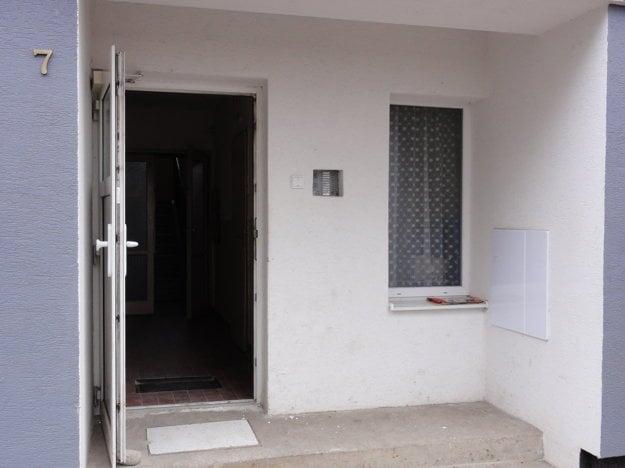 Okolo vchodu je podľa obyvateľov namiesto nehorľavého materiálu polystyrén.