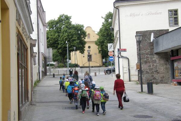 V hornej časti Kupeckej ulice má byť osadené písmeno T. Upozorňovať bude na Vŕšok so vzácnym kostolíkom.