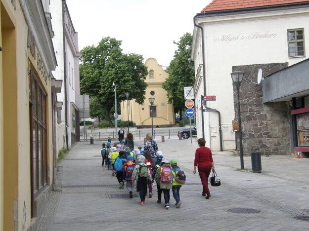 Pohľad z Kupeckej na Vŕšok so vzácnym kostolíkom.