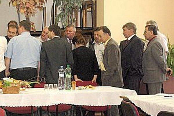 Zo stretnutia starostov Púchovského mikroregiónu. Zúčastnili sa ho aj starostovia Púchovskej doliny. Aj tu rozoberali veľa problémov, ktorých z roka na rok pribúda. Niektorí opätovne kandidovať nechcú.