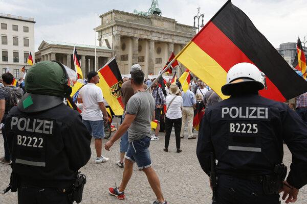V Berlíne demonštrujú tisíce prívržencov i odporcov populistov