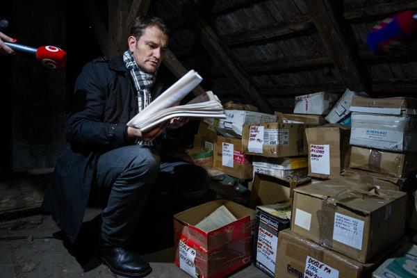Premiér Robert Fico v piatok tvrdil, že Matovič celé účtovníctvo svojho bývalého podniku zlikvidoval. Šéf Obyčajných ľudí v stredu novinárom ukázal, že ho má odložené na povale.