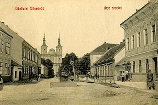 Pohľad na Ružovú ulicu v roku 1910 spolu s farským kostolom.