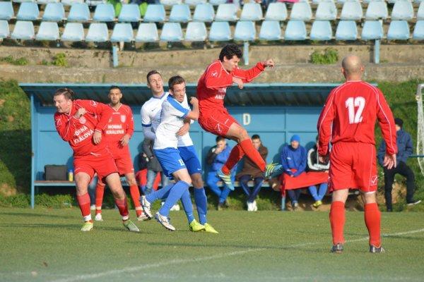 Futbalisti Hornej Kráľovej (v červenom) neprehrali už päť kôl v rade.
