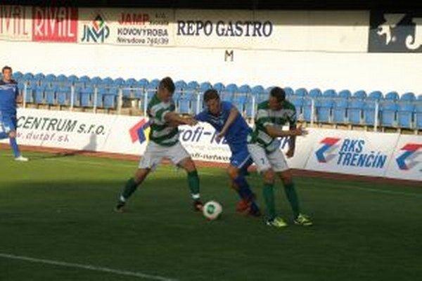 Dubnickí futbalisti vlani vypadli doma v pohári so Skalicou (v zelenom).