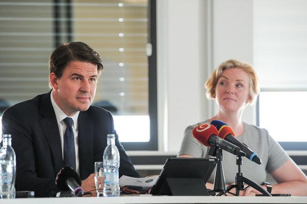Zľava: Prevádzkový riaditeľ spoločnosti Alexander Wortberg a riaditeľka ľudských zdrojov spoločnosti Nicci Cooková.