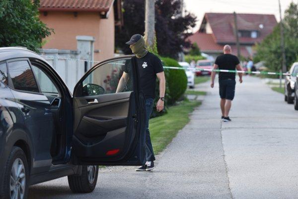 Policajt pri dome zavraždeného novinára Jána Kuciaka a jeho snúbenice Martiny Kušnírovej počas rekonštrukcie vraždy vo Veľkej Mači.